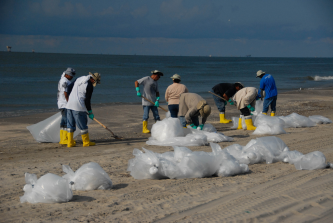 Deepwater_horizon_beach_cleanup